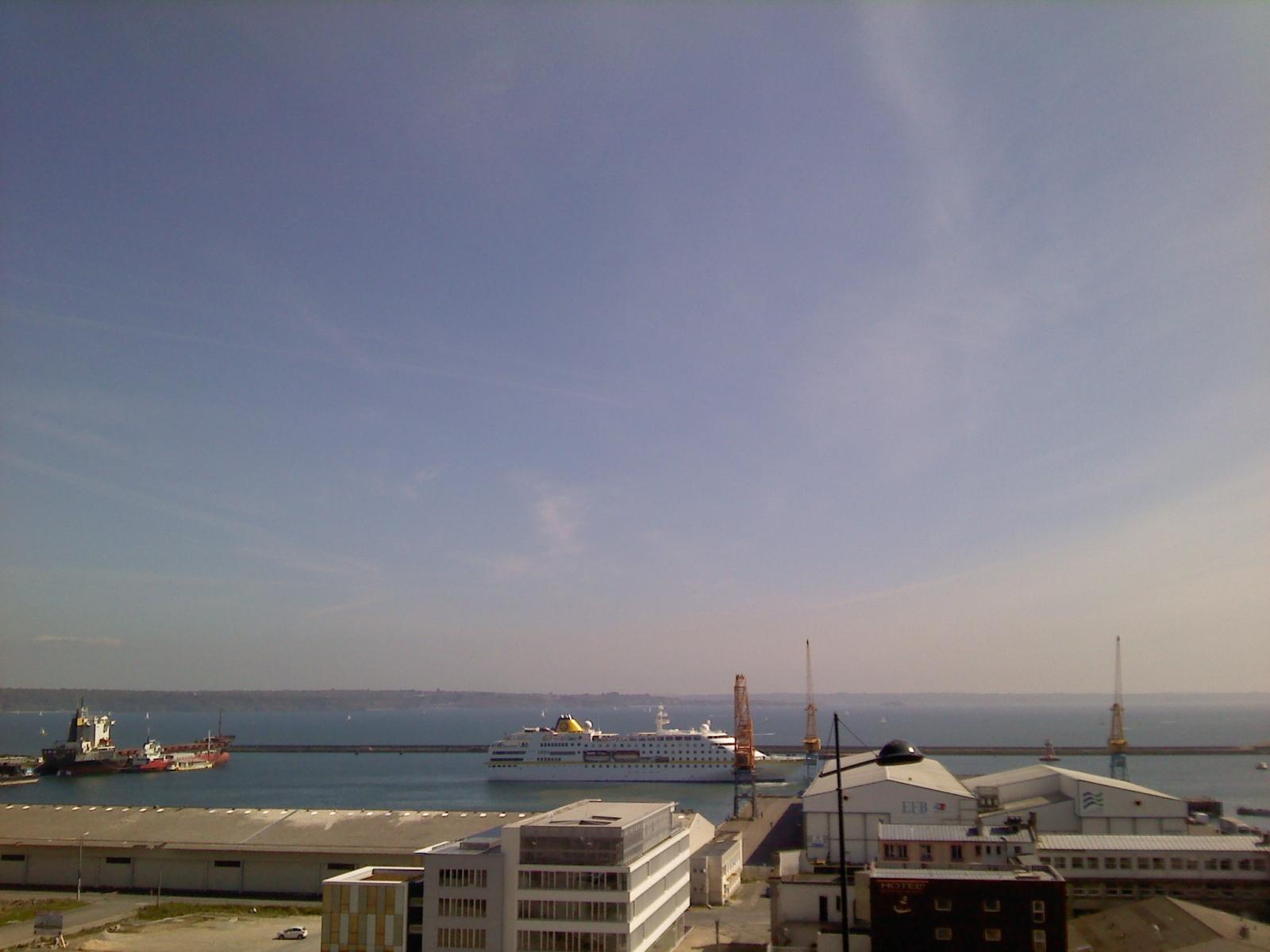 Brest Le bateau De croisiere HAMBURG était De passage Au port De commerce (7)